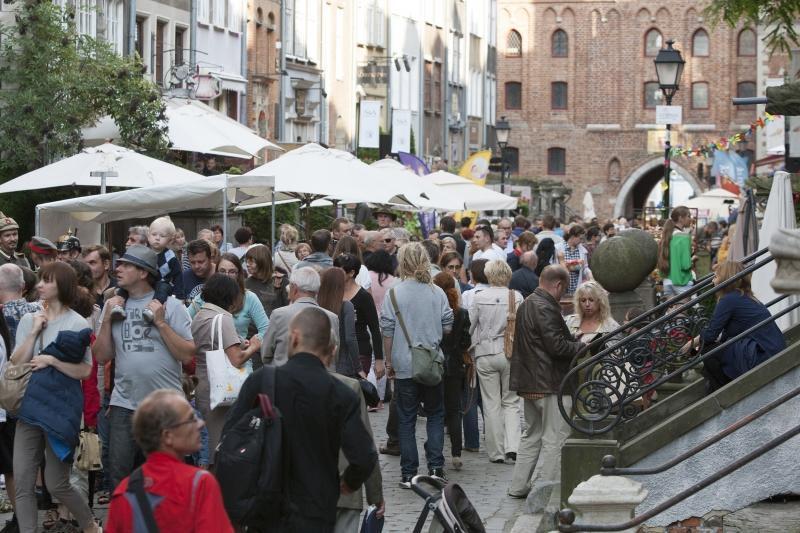 Tłumy mieszkańców i turystów na ulicy Mariackiej.