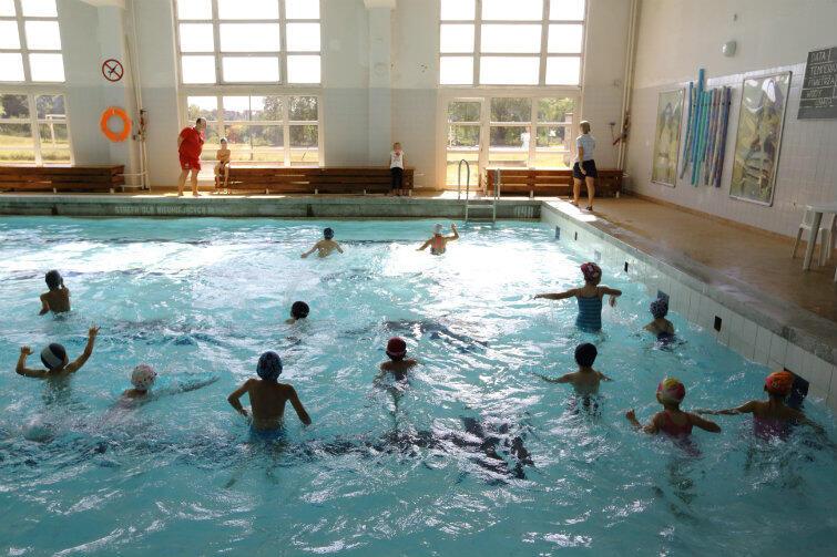 Zajęcia na pływalni basenu przy Szkole Podstawowej nr 42 na Suchaninie.