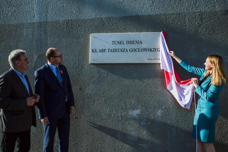 Tablicę z nazwiskiem ks. abp. Tadeusza Gocłowskiego odsłoniła jego krewna - Marta Gocłowska