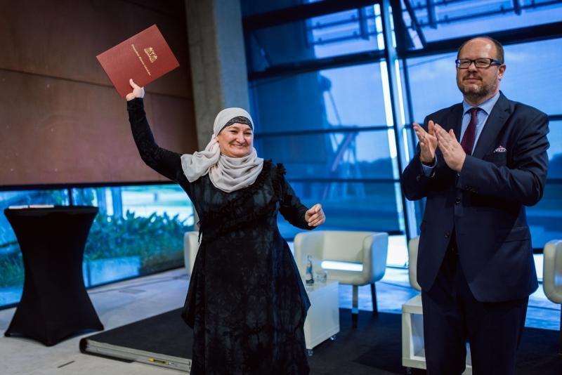 Khedi Alieva - Czeczenka i od 3 lat gdańszczanka - odbiera nominację z rąk prezydenta Adamowicza.