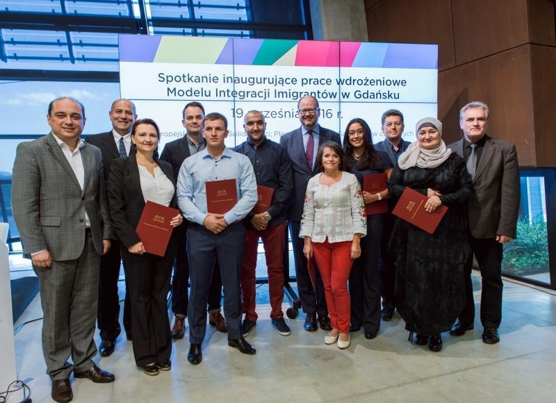 Członkowie nowo powołanej Rady z prezydentem Adamowiczem, przewodniczący Rady Miasta Gdańska - Bogdanem Oleszkiem (skrajnie po prawej) i dyrektorem ECS - Basilem Kerskim (skrajnie po lewej).