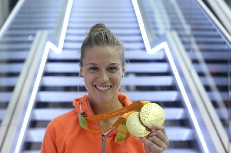 Natalia Partyka tuż przed północą, 21 września, na lotnisku w Gdańsku po powrocie z paraolimpiady w Rio de Janeiro