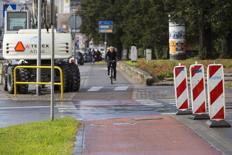 Skrzyżowanie drogi rowerowej przy al. Grunwaldzkiej z ul. Uphagena. Sprzęt drogowy już w pogotowiu