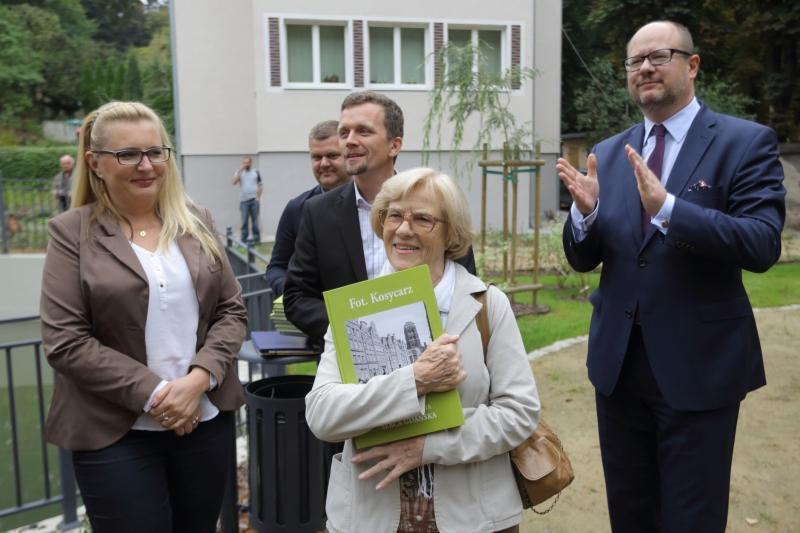 Twórcy Jaśkowego Zakątka (od lewej): Edyta Reguła, Arkadiusz Kowalina, Alicja Malinowska. Brawo bije prezydent Paweł Adamowicz.