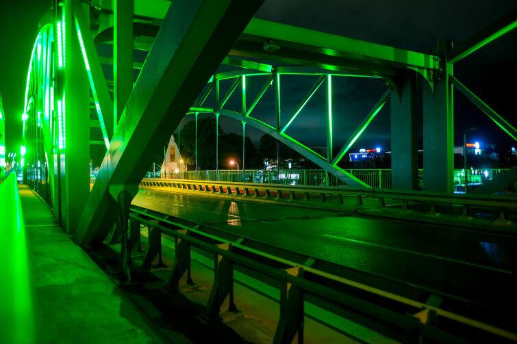 Wiadukt przy ul. Kościuszki w środowy wieczór rozbłysł na zielono