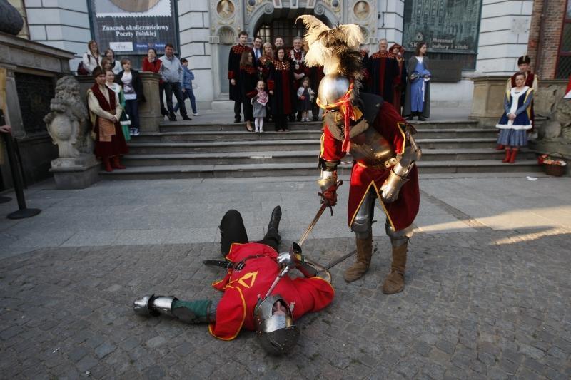 Załóżmy że jest to walka Celej kontra Kukiz. Miejsce odpowiednie - przed Dworem Artusa w Gdańsku. Który z nich by stał, a który leżał?