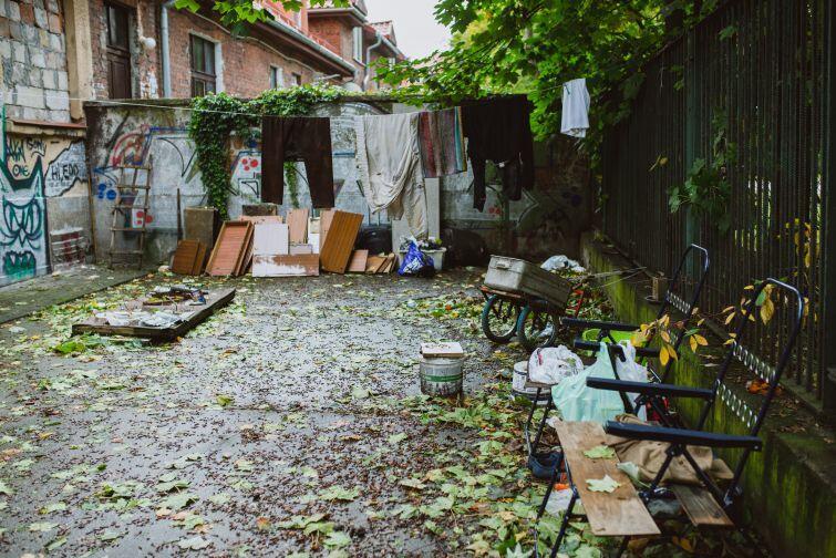 Z impasu wokół terenu przy Kościuszki korzystają bezdomni.