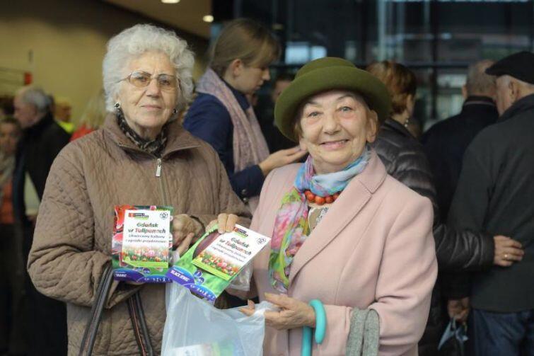 Halina Zwara i Anna Staruszkiewicz już zdobyły cebulki, wiosną tulipany papuzie zakwitną przed gdańskimi Klubami Samopomocy dla osób w podeszłym wieku
