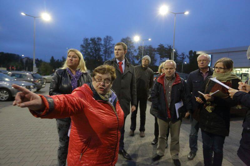 Irena Górska ( w czerwonej kurtce) tłumaczy zastępcy prezydenta Gdańska, Piotrowi Grzelakowi, problem ze skrzyżowaniem przy ul. Złota Karczma.