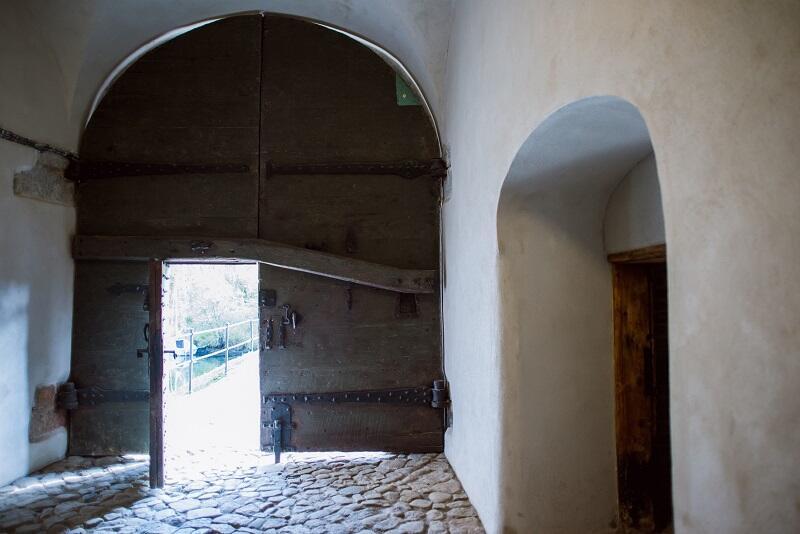 Drzwi prowadzące do poterny. XVII.wieczne, po konserwacji można dostrzec zapisaną na nich historię