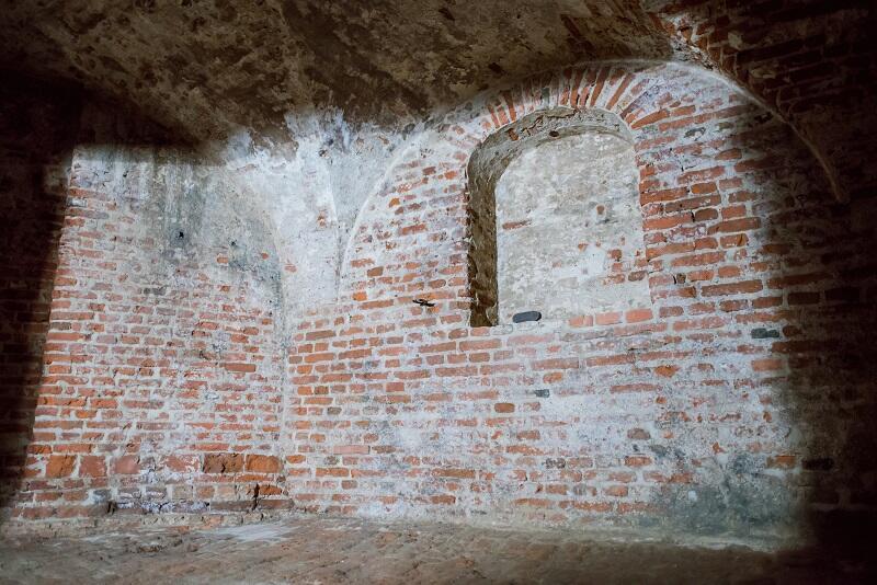 Pomieszczenie w poternie, które zostało zamurowane ponad 40 lat temu. Jakie było jego pierwotne przeznaczenie?