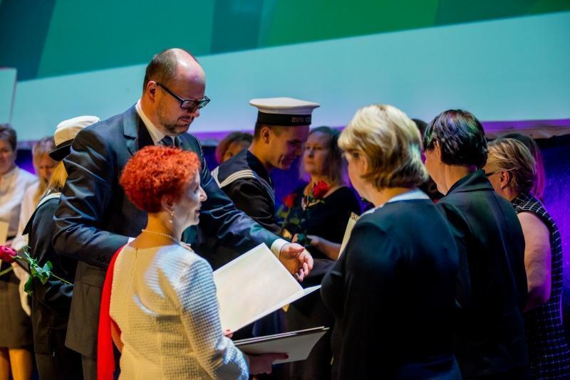 Prezydent Paweł Adamowicz wręczył nagrody 88. gdańskim nauczycielom