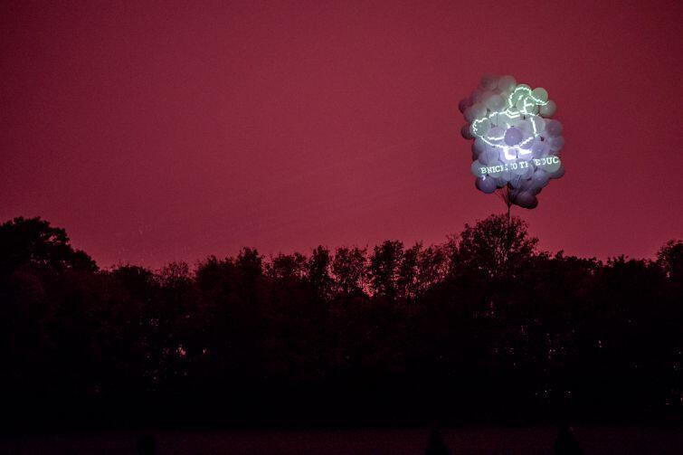Dostrzegalnia gwiazd - niezwykła instalacja wizualno-dźwiękowa Michała Marczaka i Normana Leto na boisku sportowym Miejskiego Ośrodka Sportu i Rekreacji.