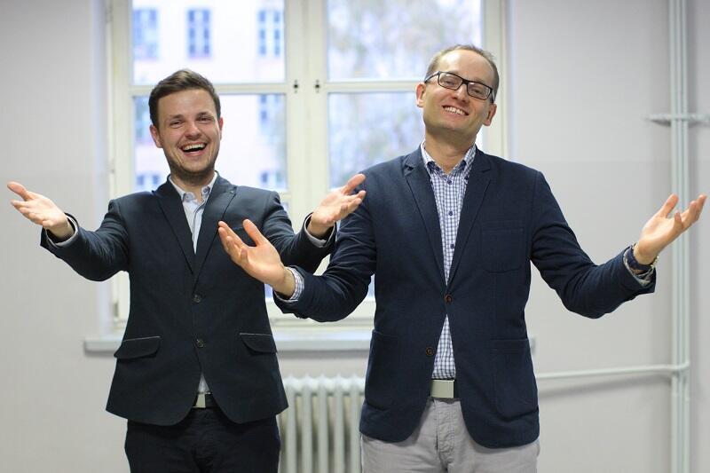 Otwarte ramiona - otwarte dane, od lewej: Jędrzej Sołowij z Centrum Rozwoju JUMP, Krzysztof Garski z Zespołu Otwartych Danych gdańskiego magistratu.
