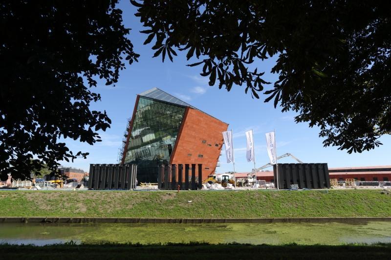 Budynek MIIWŚ: Rzecznik Praw Obywatelskich skarży decyzję o połączeniu tego budowanego od ośmiu lat muzeum z nowym muzeum, powołanym naprędce przez PiS w grudniu 2015.