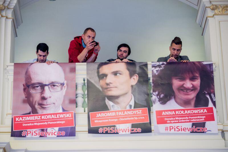 Młodzi Demokraci pojawili się na czwartkowej sesji Rady Miasta z plakatami sześciu radnych PiS, którzy w ostatnich miesiącach zostali zatrudnieni w spółkach Skarbu Państwa bądź Pomorskim Urzędzie Wojewódzkim.