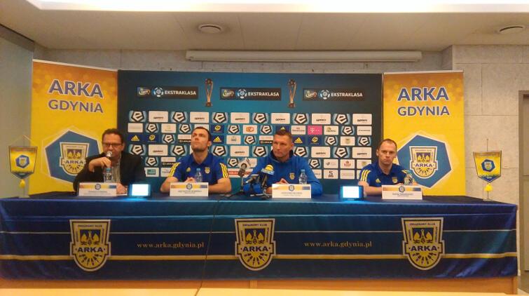 Arka w akcji, na razie za stołem. Od lewej: rzecznik Tomasz Rybiński, Krzysztof Sobieraj, trener Grzegorz Niciński i Rafał Siemaszko