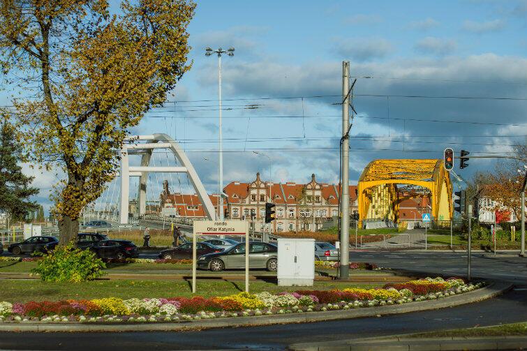 Widok w kierunku terenów stoczniowych i podwójnego wiaduktu nad torami kolejowymi