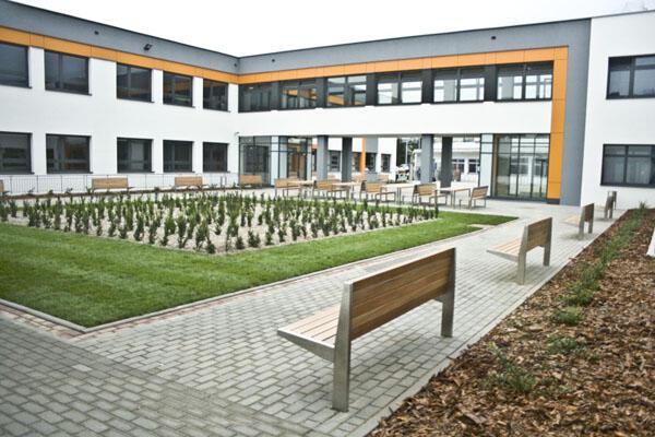 Szkoła w Kokoszkach - widok ogólny