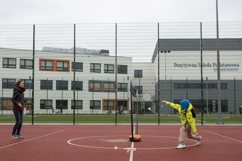Szkoła w Kokoszkach - boisko, szkoła i basen