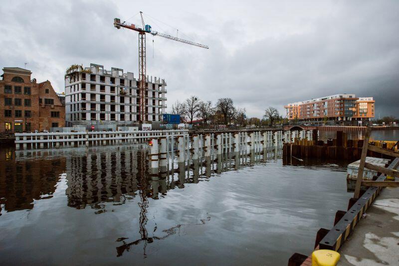 Obecnie na Motławie trwa budowa sterowni i stacji transformatorowej nowego gdańskiego mostu