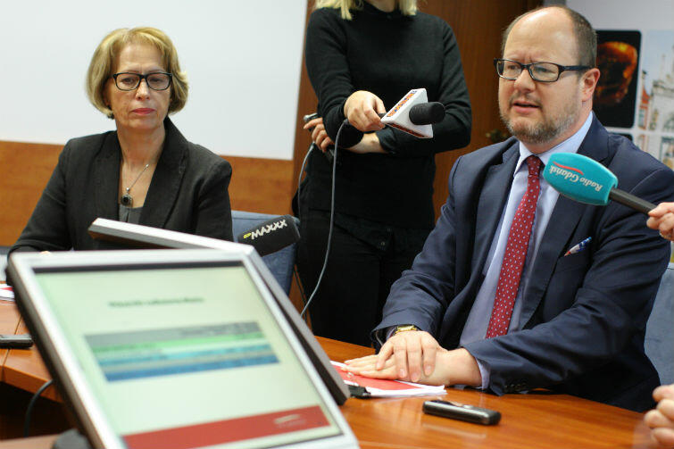 - W co będziemy inwestować? - prezydent Gdańska Paweł Adamowicz wyjaśniał dziennikarzom na co będą przeznaczone pieniądze. Po lewej - skarbnik Miasta, Danuta Blacharska, która jest głównym architektem tegorocznego budżetu