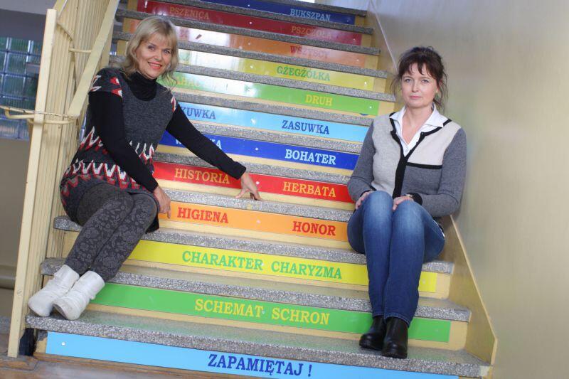 Przez h czy ch? Kto spojrzy na te schody, prowadzące do szkolnej biblioteki, nie ma już żadnych ortograficznych wątpliwości