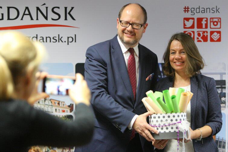 Magda Theus i prezydent Gdańska Paweł Adamowicz, który co roku osobiście wspiera akcję - we wtorek, 15 listopada, wylosował z koszyka dwie kartki: brzoskwiniową i zieloną, zrobi więc paczki dla dwojga dzieci (chłopca i dziewczynki)