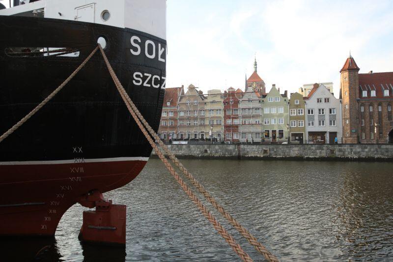 Przechodząc się Ołowianką koniecznie spójrzcie w stronę Rybackiego Pobrzeża. Na kamienicach umieszczono bowiem wielki napis Gdańsk