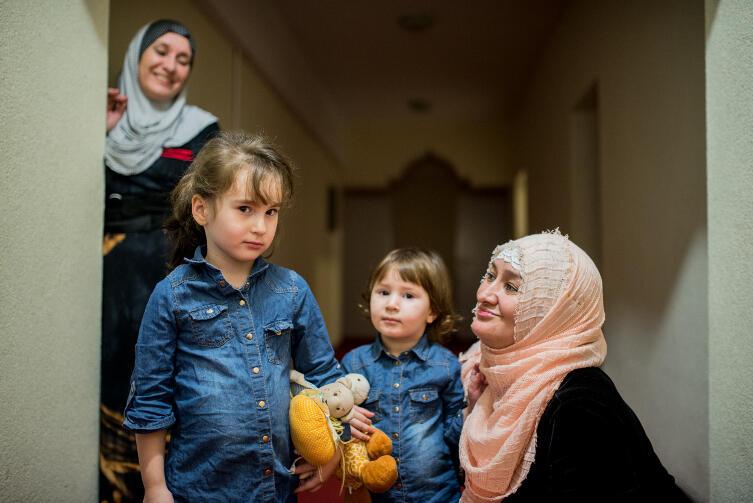 Czeczenki z Oruni: od lewej Hawa i Annida oraz Khedi Alieva. W tle jej siostra Aminat