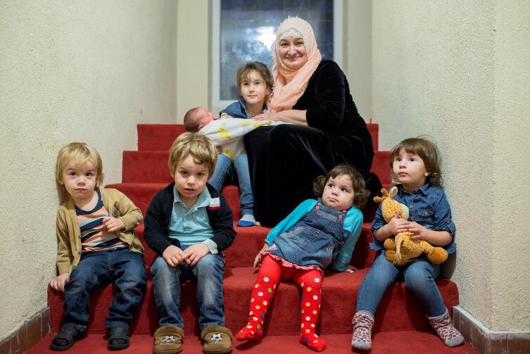 Domowe przedszkole: od lewej chłopcy Abdul i Emir; dalej mała Aisza i Annida. Wyżej Hawa z babcią i malutka Aida