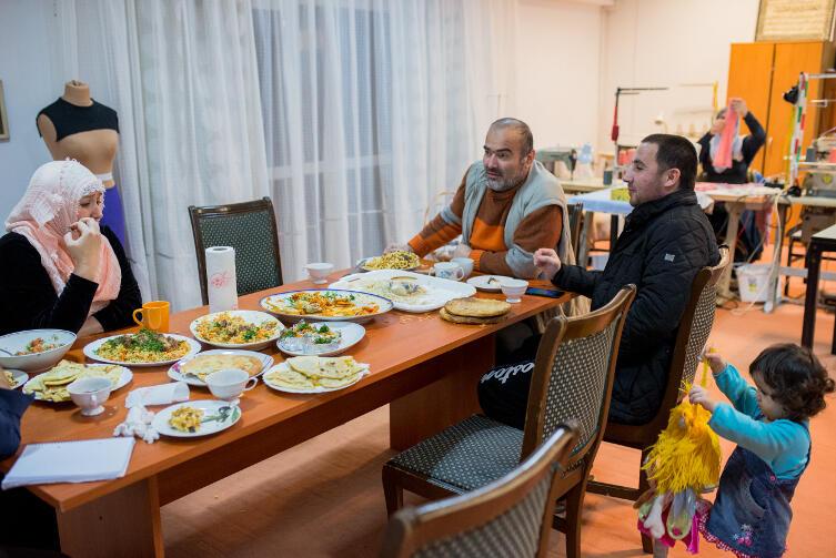 Przy wspólnym stole: Khedi oraz Saifulo Fatchudinow i Iftikhor Rustamov