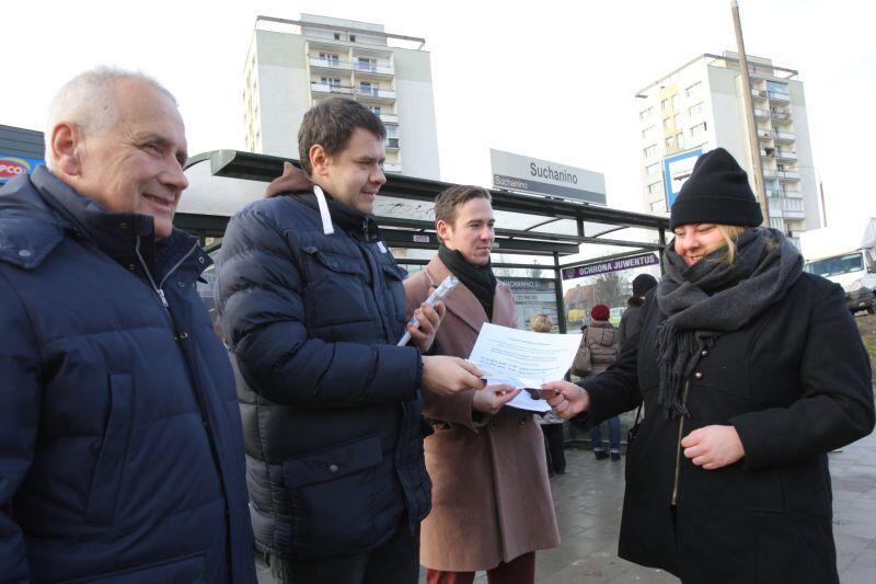 Od lewej: Orest Stocki, Szymon Mazurkiewicz i Juliusz Grabowski w środę zachęcali m.in. Adelę Szczepańską do udziału w wyborach
