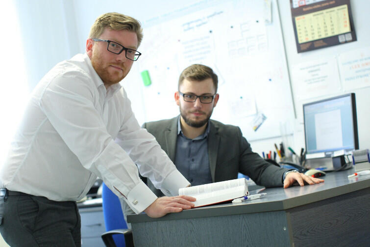 Prawnicy przeciw dyskryminacji. Od lewej: adwokat Tomasz Snarski oraz Karol Kowalski, student V roku prawa, koordynator sekcji praw człowieka Studenckiej Uniwersyteckiej Poradni Prawnej