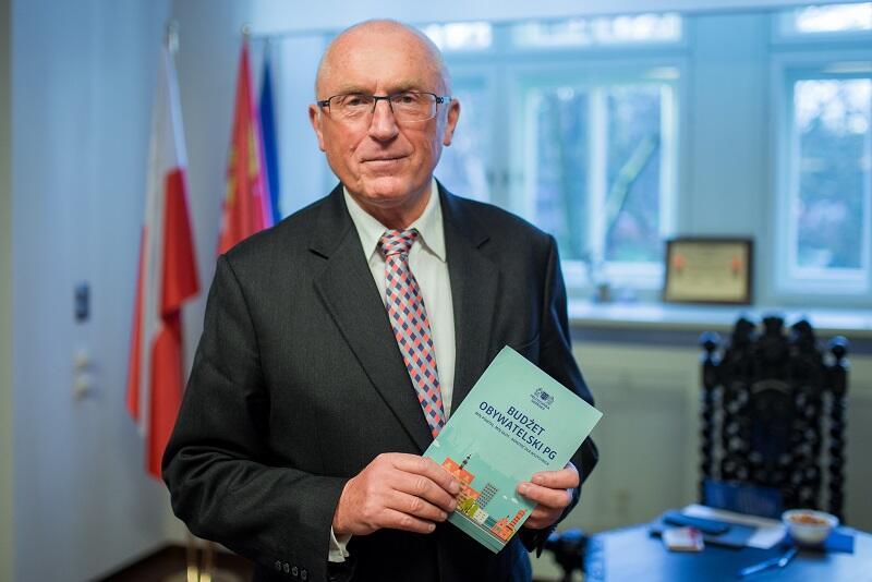 Prof. Jacek Namieśnik, rektor PG z ulotką reklamującą pierwszy w historii uczelni Budżet Obywatelski