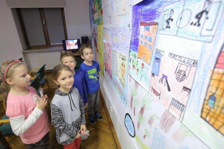 Młodzi rysownicy przy swoich pracach