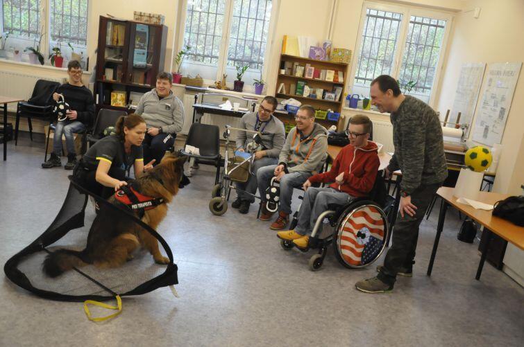 Jedyne w Polsce zajęcia dogoterapii dla dorosłych niepełnosprawnych w szkole