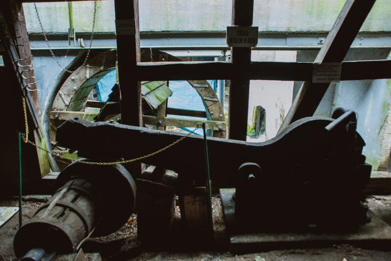W kuźni znajdują się oryginalne urządzenia, m.in. ważący 250 kilogramów młot i ogromne nożyce