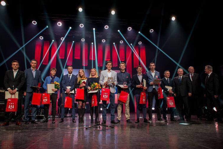 Piotr Myszka (w środku) na scenie Opery Bałtyckiej w gronie najlepszych gdańskich sportowców 2016 roku