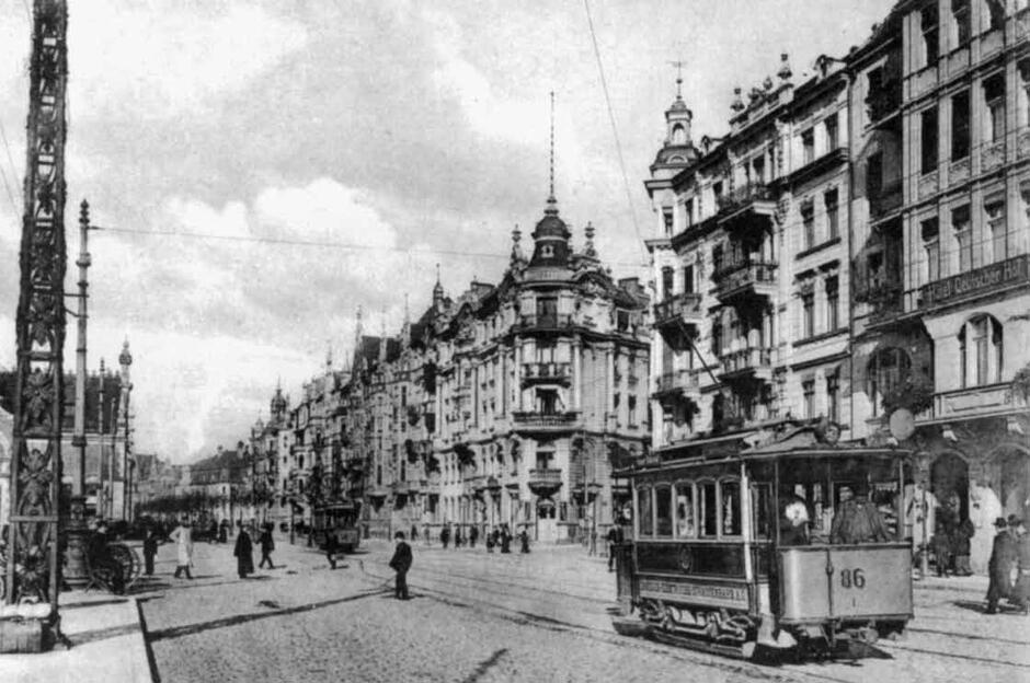 Wagon silnikowy z serii najstarszych wozów elektrycznych na Podwalu Grodzkim, ok. 1905