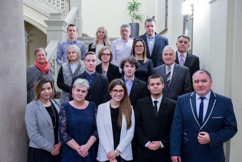 Radni dzielnicy Suchanino złożyli uroczyste ślubowanie 21 grudnia 2016 r. Pierwszą sesję zwołała radna miasta, Beata Jankowiak (pierwszy rząd od dołu, w czerwonych oprawkach). Wspierał ją radny miasta Piotr Gierszewski (także dolny rząd, pierwszy z prawej)