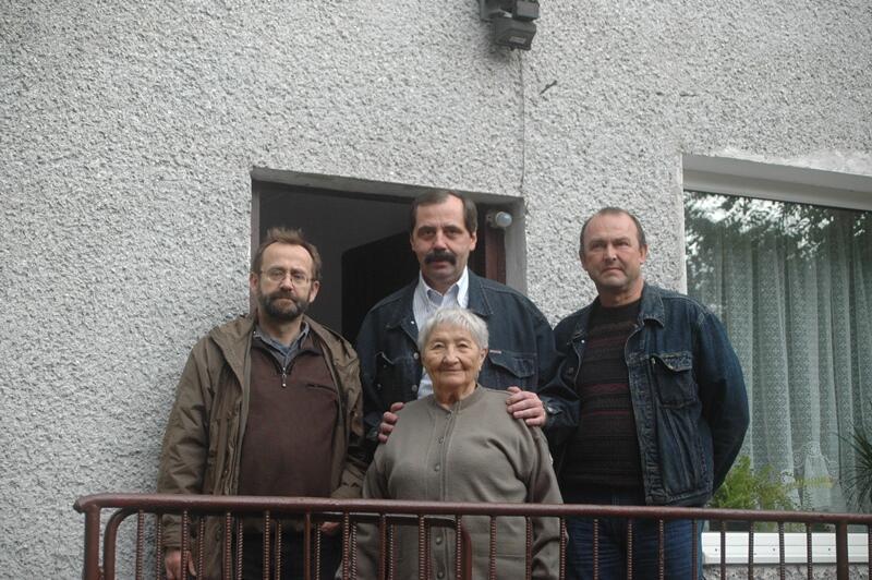 Od lewej: Piotr Kapczyński, Zbigniew Nowek, Karolina Kokot i Marek Wachnik przed domem pani Kokot, w którym w 1984 roku mieściła się drukarnia; 2008