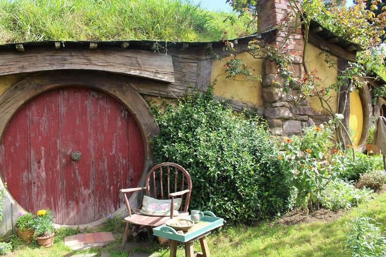 Chatka hobbita. Ta akurat stoi na terenie parku Hobbiton w Nowej Zelandii, gdzie Peter Jackson stworzył wioskę hobbitów, kręcąc Władcę Pierścieni