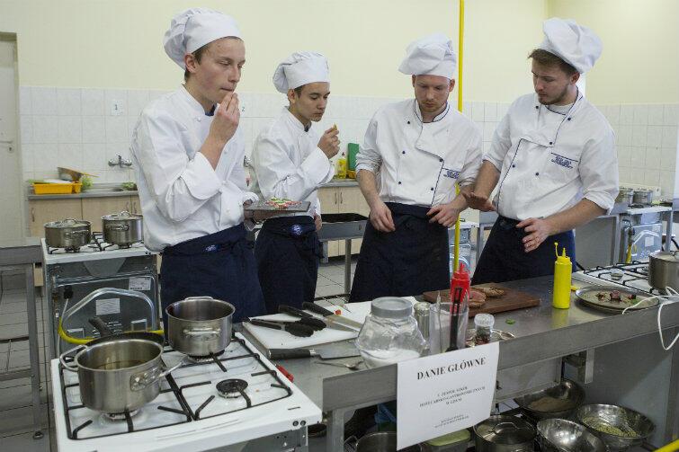Kucharz i cukiernik - zawody z przyszłością. Na zdjęciu uczniowie Zespołu Szkół Hotelarsko-Gastronomicznych w Gdańsku