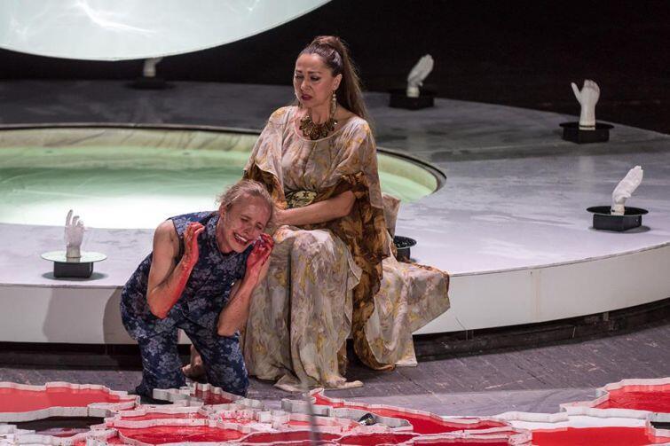 Bartosz Bielenia jako jeden z Hamletów i Iwona Budner w roli Królowej Gertrudy w Hamlecie w reżyserii Krzysztofa Garbaczewskiego