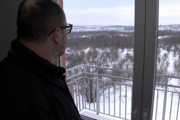 Prezydent Paweł Adamowicz nie kryje dumy z gminnego programu remontowania starych i budowy nowych mieszkań dla potrzebujących gdańszczan. Tak będzie i w tym przypadku: lokatorzy zdegradowanych mieszkań komunalnych przenoszą się do TBS-ów i jednocześnie opuszczają lokale, w których dotąd mieszkali. Po gruntownym remoncie zwolnione lokale oddane będą do dyspozycji kolejnych potrzebujących