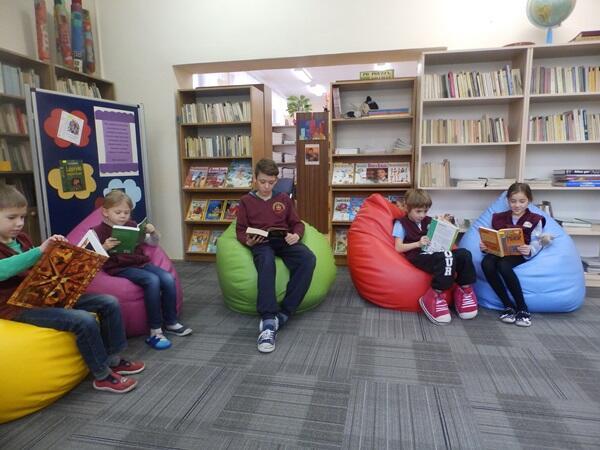 Uczniowie chętnie spędzają czas w czytelni