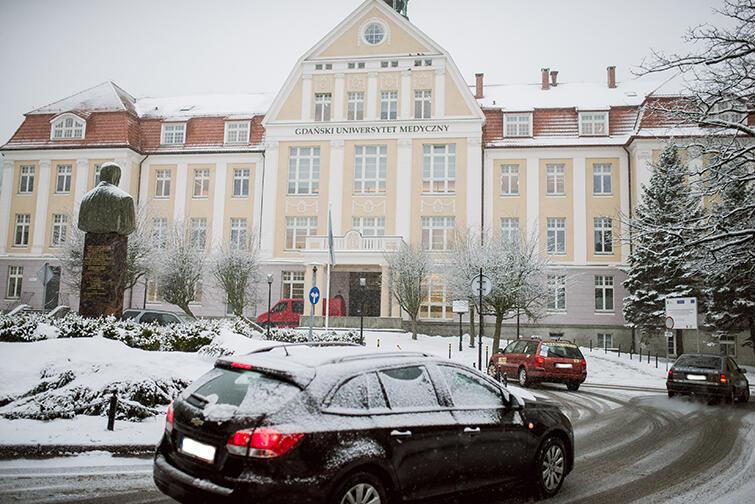Rondo Michalaka na skrzyżowaniu ulic Skłodowskiej-Curie i Dębinki w Gdańsku - łuk skrętu trzeba przystosować dla pełnowymiarowego autobusu