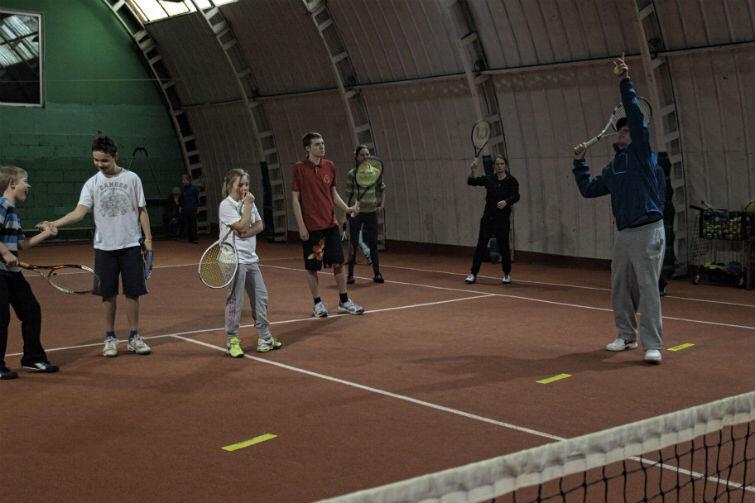 Zajęcia tenisa ziemnego odbywają się w hali