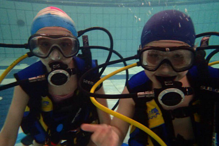 Dużą popularnością cieszą się zajęcia na basenie, w tym nurkowanie